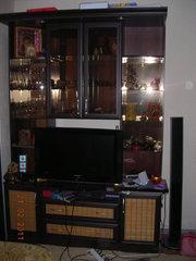 стенка в зал,  состоит из 3 частей: 2 шкафа по краям,  в середине комод