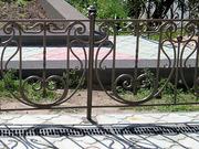 Оградки,  лавочки,  металлические столики.