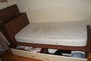 Подростковая кровать с комодом у изголовья и выдвижными ящиками