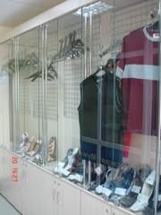 шкафы-витрины, металлические стойки с крючками ( для одежды)